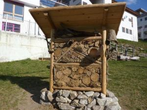 https://umweltvinschgau.files.wordpress.com/2011/04/2011-1504-insektenhotel-matsch-7.jpg