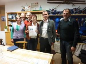 Übergabe der Unterschriften zur Elektrifizierung der Vinschger Bahn (Foto Umweltschutzgruppe Vinschgau)