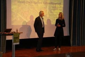Hans Rudolf Herren mit Rai Südtirol Journalistin Gudrun Esser